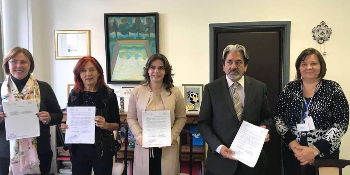 Asiste Elena Cepeda a firma de convenio del DIF