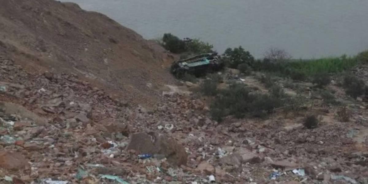 Tragedia en Perú: Más de 40 muertos al caer bus a barranco