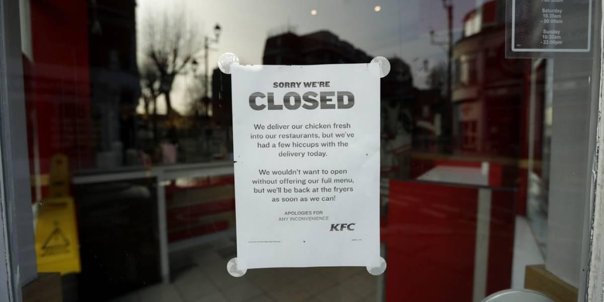 """La policía inglesa ya no puede más: piden a los """"desesperados"""" amantes de KFC que dejen de llamarlos por la escasez de pollo"""
