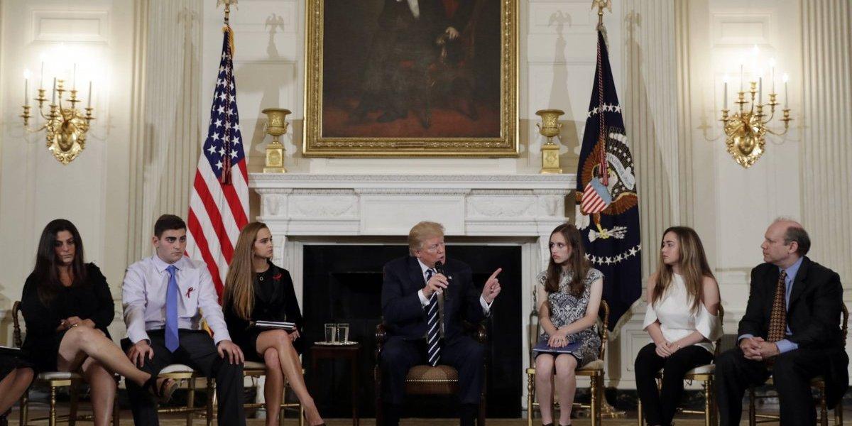 Trump considera la idea de armar a los profesores después de la matanza en un colegio de Florida