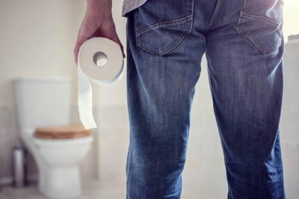 Hombre sin ir al baño, inodoro