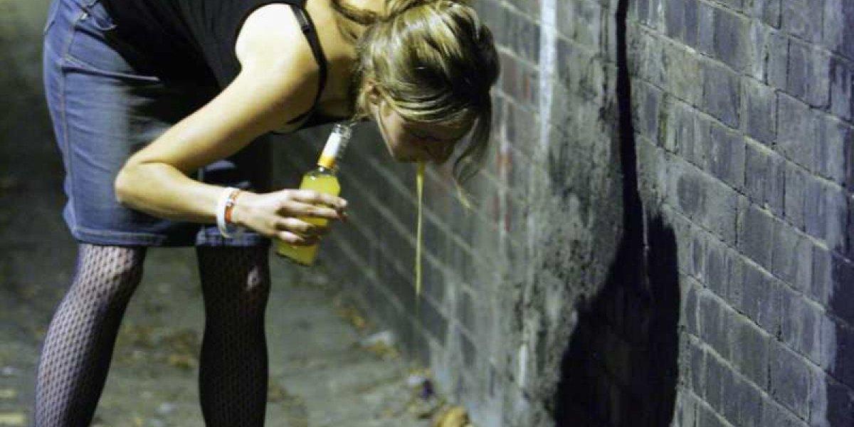 Estudio demostró que beber grandes cantidades de alcohol aumenta la posibilidad de sufrir demencia