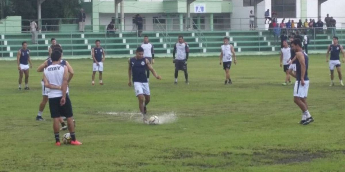 Fotogalería: Chivas entrenó en una pésima cancha