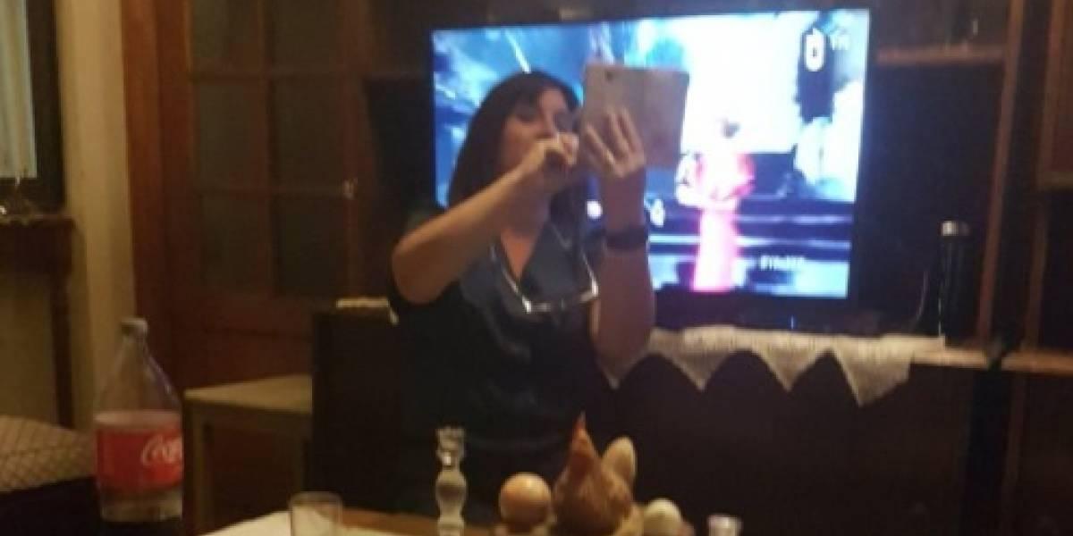 """""""Es una ídola"""": publicó foto de su mamá tomándose selfie con la tele para salir junto a  Bosé y las redes sociales estallaron de amor"""