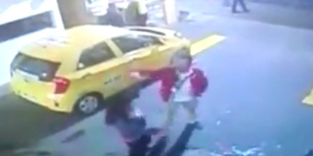 Video: taxista golpea empleada de lavadero de carros en Bogotá porque le pidió un favor