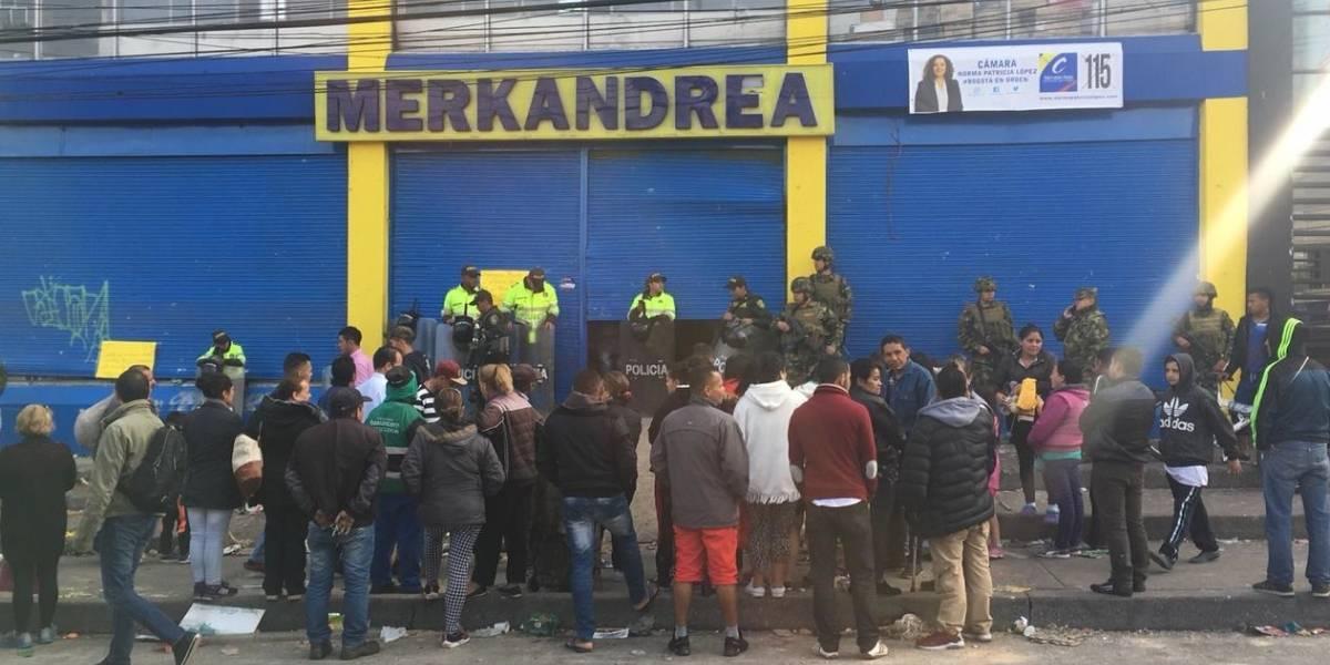 Se presentan disturbios a las afueras de un supermercado allanado por la Fiscalía en Bogotá
