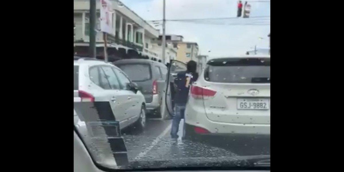 Persona orina en pleno semáforo de Guayaquil