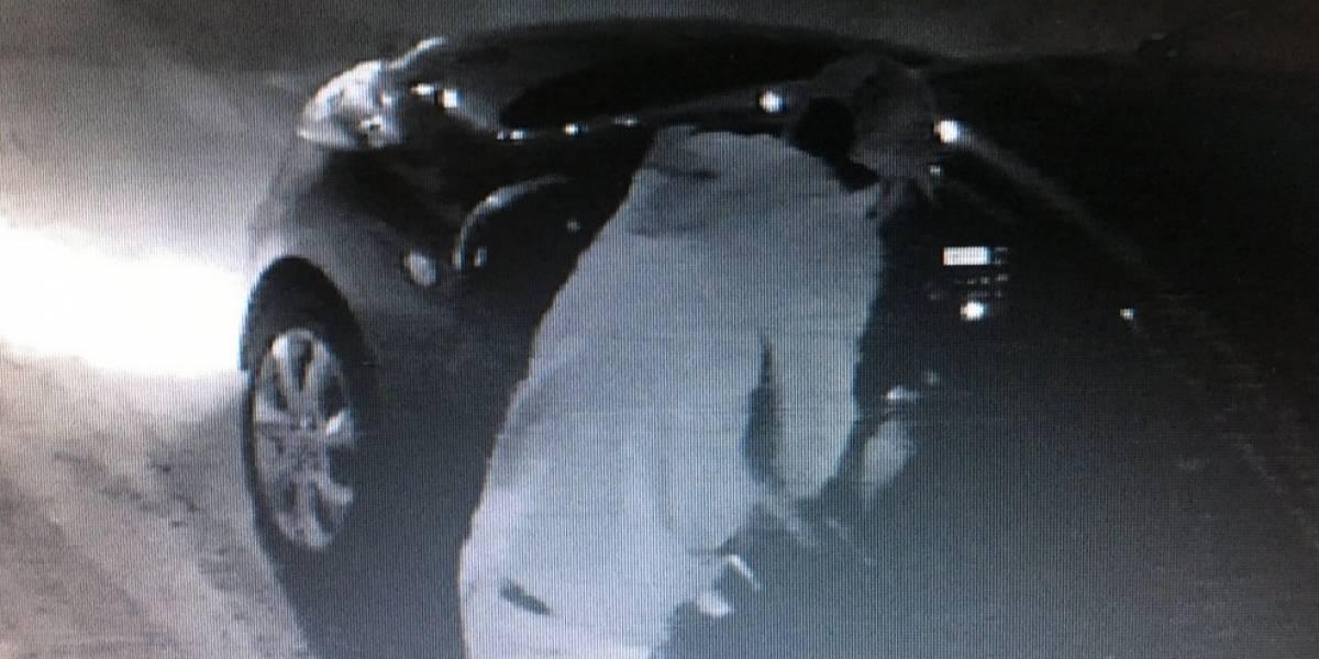 Video: Así quedó registrado el momento en que bajaron a una mujer de su carro para hurtarlo