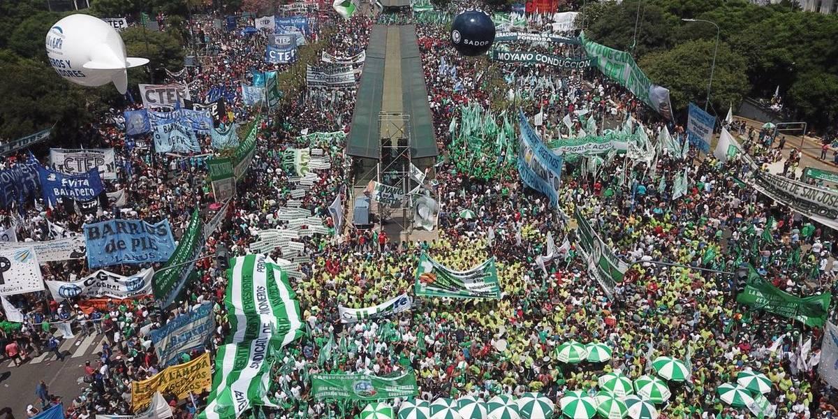 Marcha contra Macri reaviva tensión social en Argentina