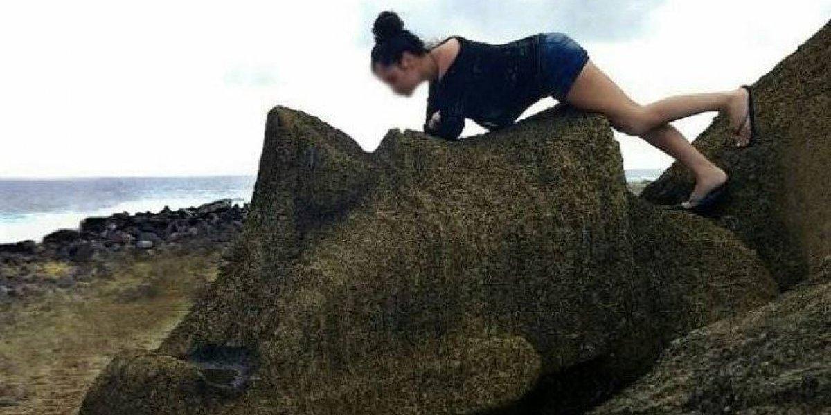 Turista irresponsable que se subió a un moai no podrá ingresar a la isla por dos años