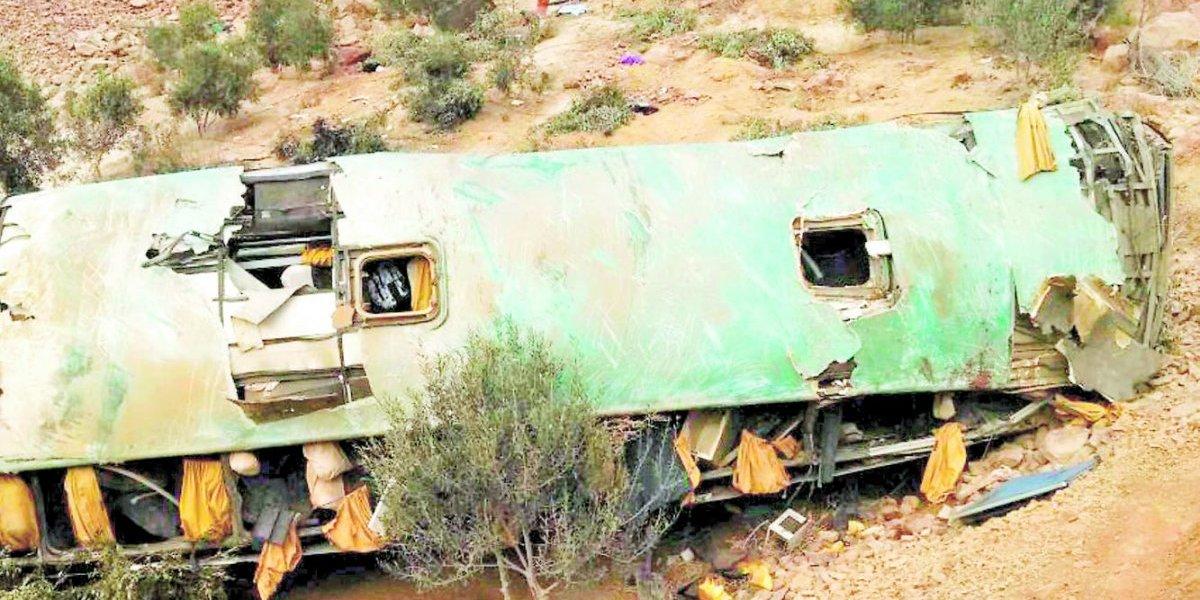 Perú: bus cae a un acantilado y deja decenas de muertos