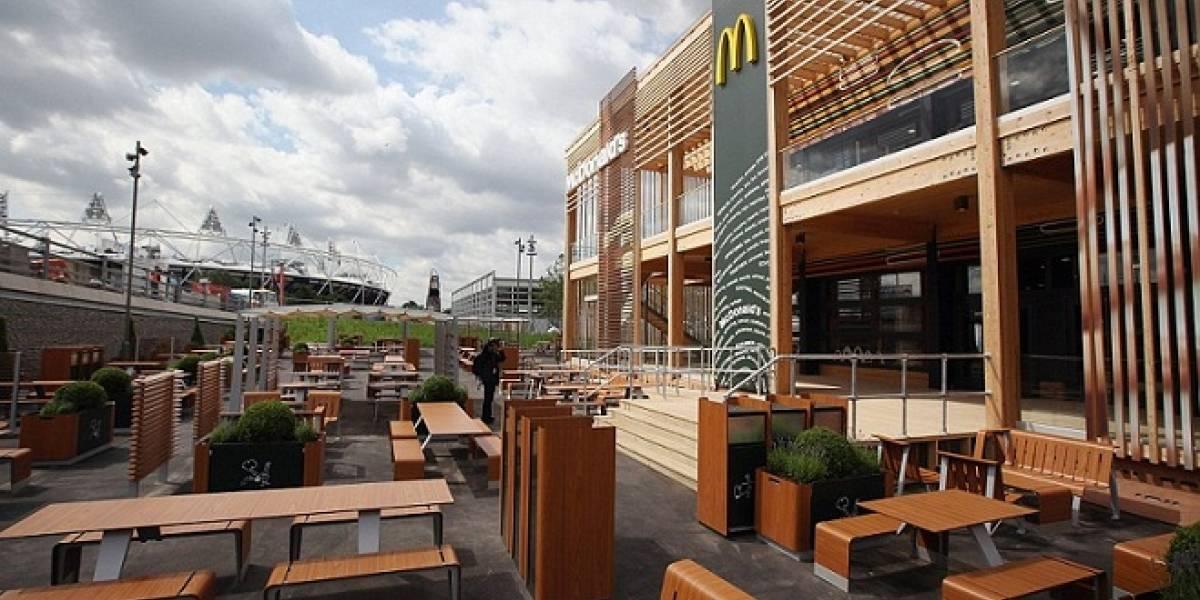 """Hombre muestra la hamburguesa """"monstruosa"""" que recibió de McDonald's y nos morimos de risa"""