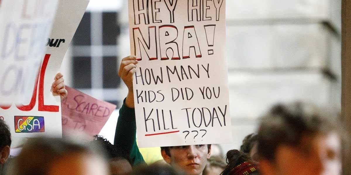 Estudantes marcham na Florida contra posse de arma nos EUA