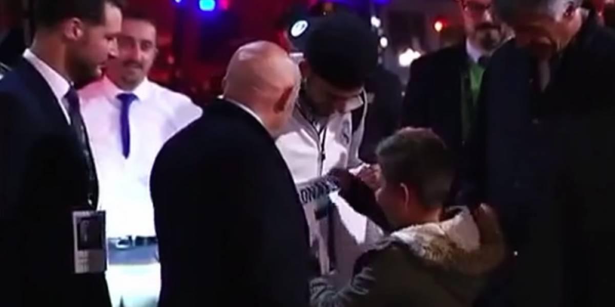 Niño no se rinde y consigue autógrafo de Cristiano Ronaldo, mira el video