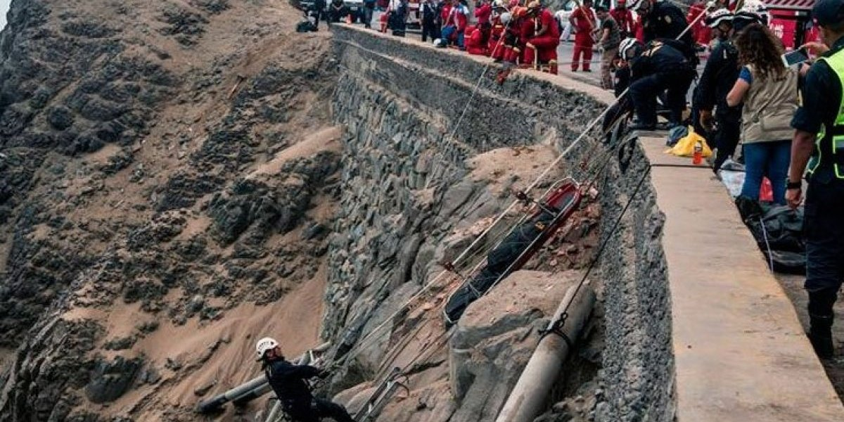 Más de 20 muertos tras caer autobús por abismo en Perú