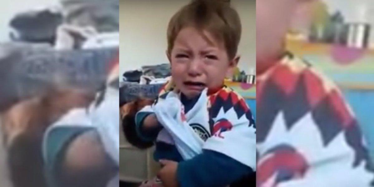 Niño llora desconsoladamente por portar camiseta de equipo de fútbol