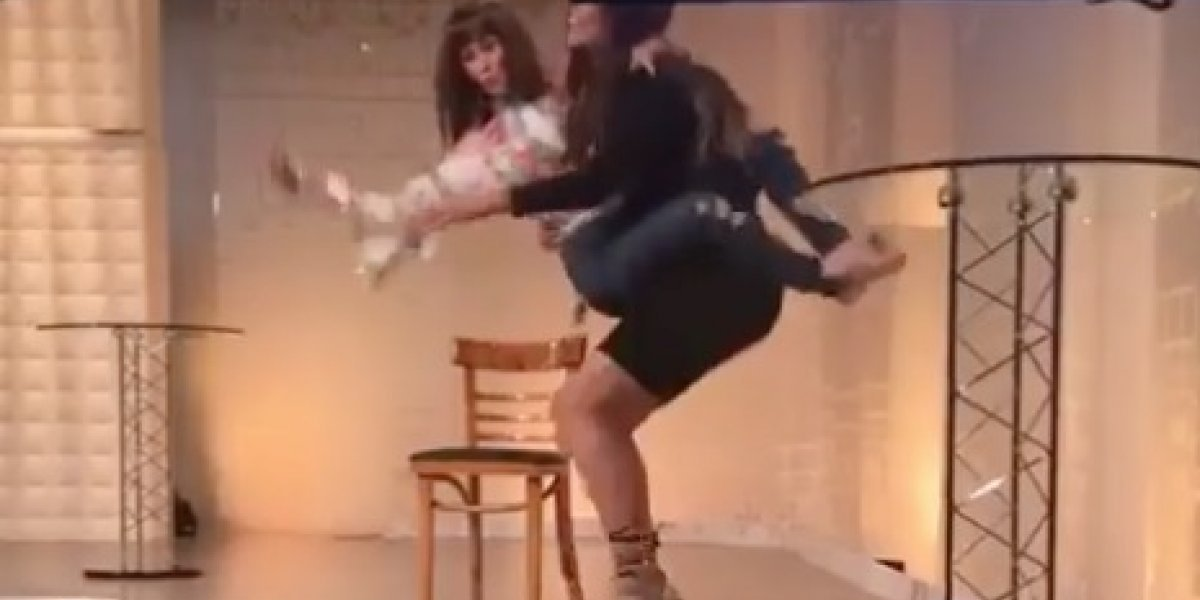 """Presentadoras de """"Lo sé todo"""" sufren tremenda caída en vivo"""