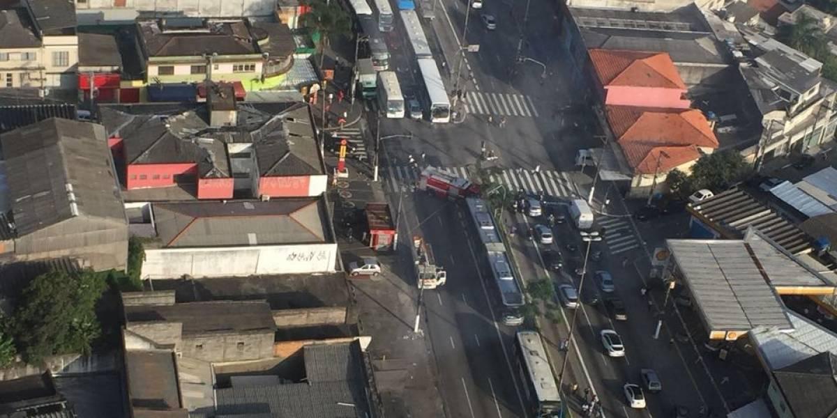 Avenida Cupecê é bloqueada após acidente; semáforos não funcionam