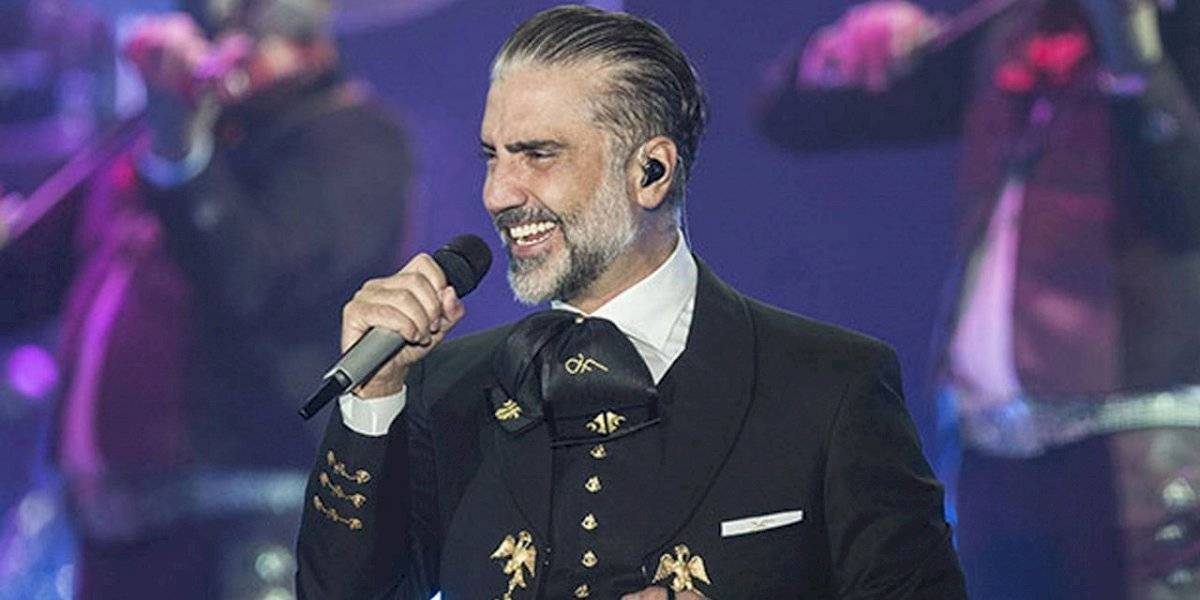 (VIDEO) Alejandro Fernández se besa con actriz en pleno concierto en Pachuca