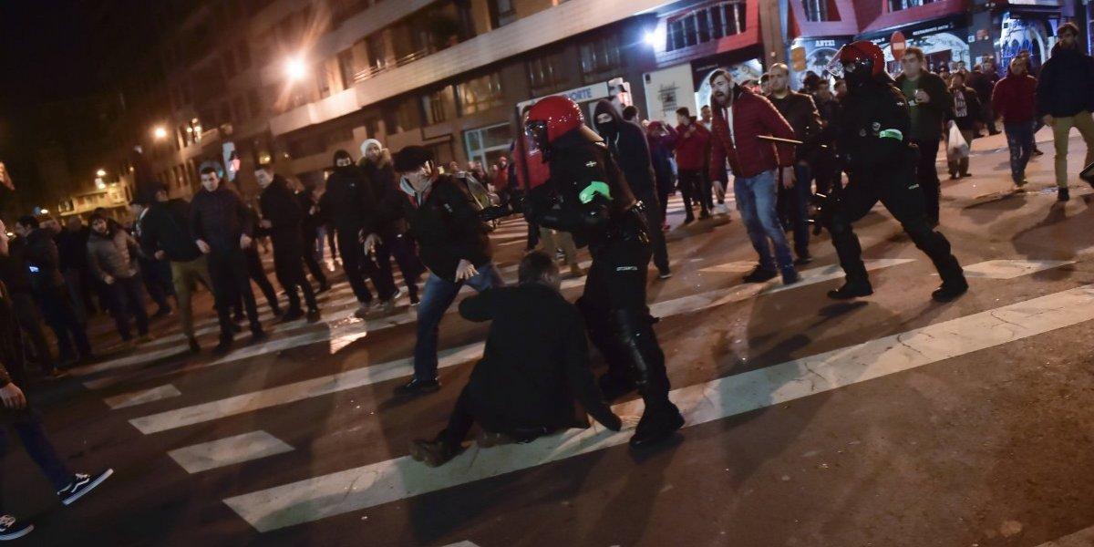 Las peleas entre los hinchas de Athletic de Bilbao y Spartak Moscú terminaron con un policía muerto