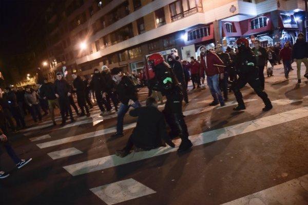 Los policías intentaron detener los disturbios en la previa del partido / imagen: AP