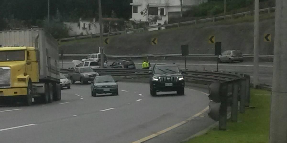 Cerrado un carril de la Ruta Viva en sentido Aeropuerto-Quito por accidente de tránsito
