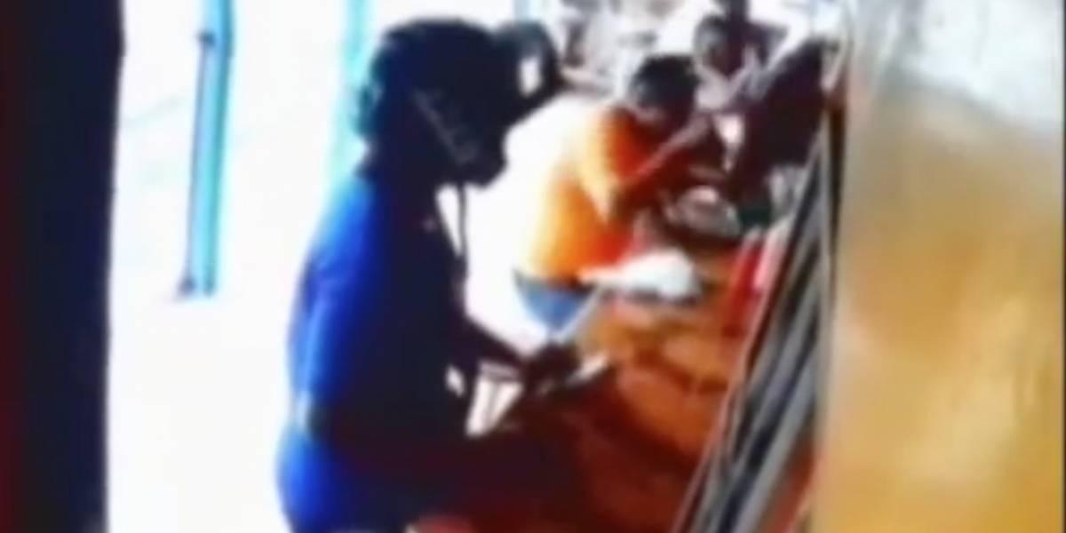 Cámaras de seguridad captan asalto a clientes en restaurante de Guayaquil