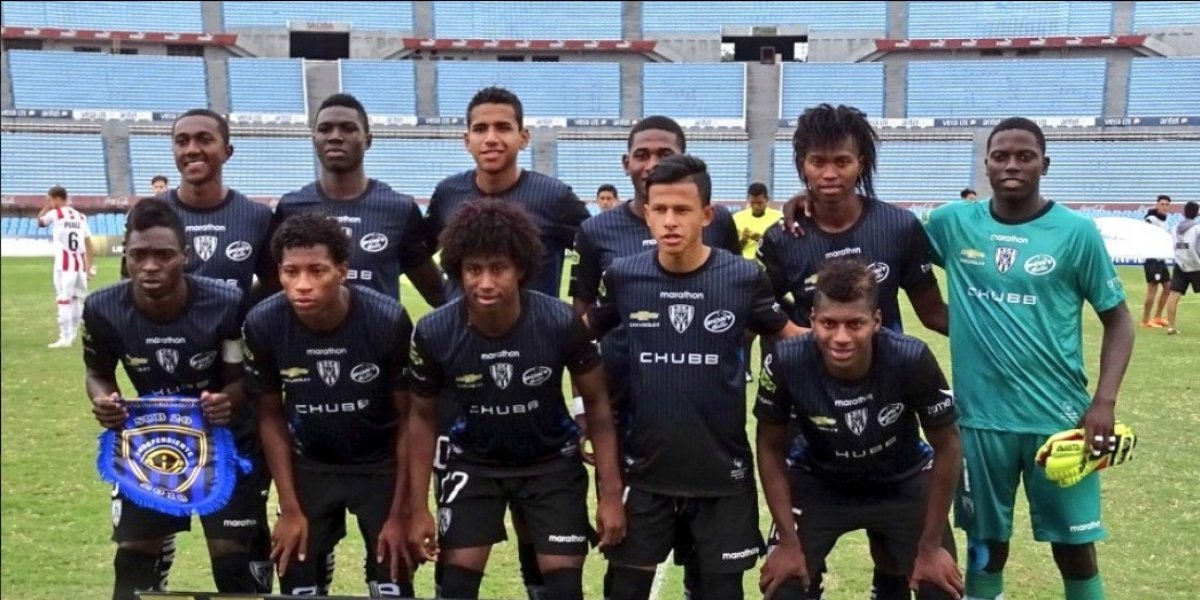 Suspendieron a jugador del Independiente que se defendió con banderín del córner.