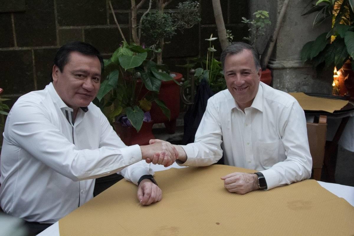 Miguel Ángel Osorio Chong, entonces secretario de Gobernación y José Antonio Meade, aspirante a candidato a la presidencia de México por el Partido Revolucionario Institucional (PRI), en un encuentro en un restaurant en la colonia Tabacalera en noviembre