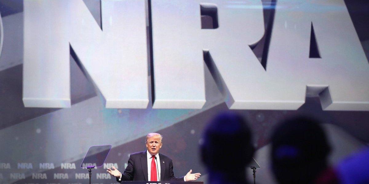 En pleno debate sobre armas, Trump defiende a la Asociación Nacional del Rifle