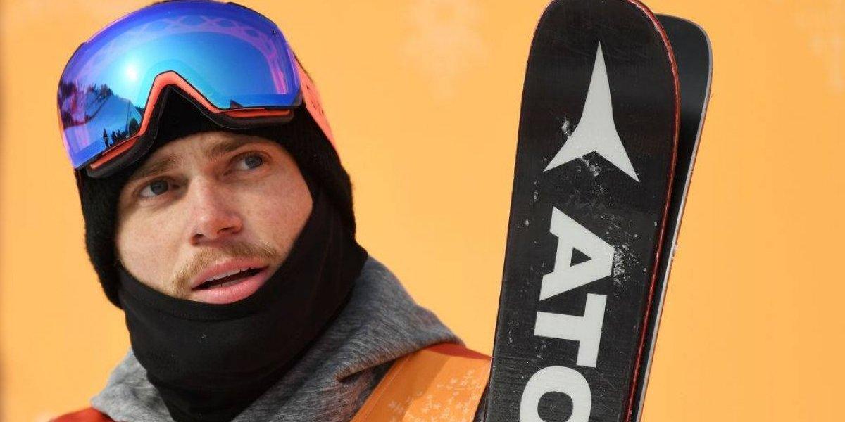 Esquiador sorprende con apasionado beso a su novio en plena transmisión de TV