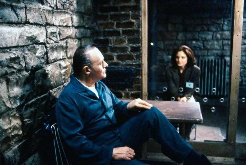 O SILÊNCIO DOS INOCENTES (1992) - Único filme de terror a vencer as cinco principais categorias do Oscar: Melhor Filme, Ator, Atriz, Diretor e Roteiro Adaptado. Nele, a agente do FBI, Clarice Starling é ordenada a encontrar um assassino que arranca a pele de suas vítimas. Para entender como ele pensa, ela procura o periogoso psicopata, Hannibal Lecter, encarcerado sob a acusação de canibalismo. Reprodução/Studio