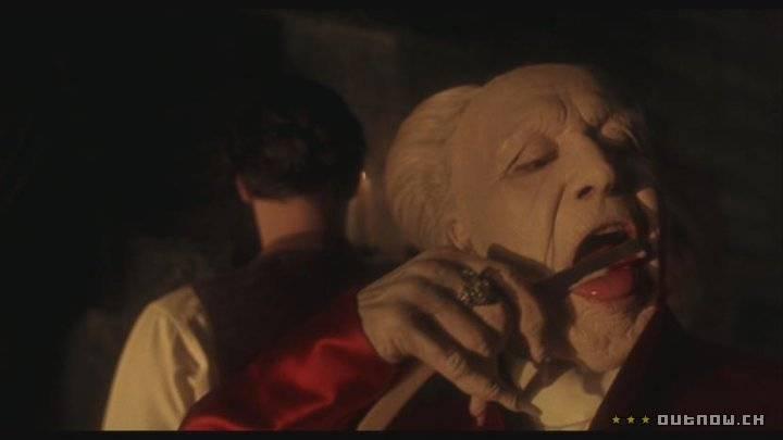 DRÁCULA DE BRAM STOKER (1992) - No século XV, um líder e guerreiro dos Cárpatos renega a Igreja quando esta se recusa a enterrar em solo sagrado a mulher que amava. Assim, perambula através dos séculos como um morto-vivo e, ao contratar um advogado, descobre que a noiva deste é a reencarnação da sua amada. O filme ganhou 3 estatuetas: Melhor Figurino, Maquiagem e Edição de Som. Reprodução/Studio