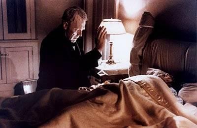 O EXORCISTA (1973) - Uma atriz vai gradativamente tomando consciência que a sua filha de doze anos está tendo um comportamento completamente assustador. Ela pede ajuda a um padre, que é também um psiquiatra, e este chega a conclusão de que a garota está possuída pelo demônio. Vencedor do Oscar de Melhor Roteiro Adaptado e Mixagem de Som. Reprodução/Studio