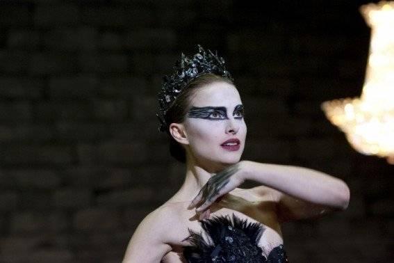 """CISNE NEGRO (2010) - A vencedora do Oscar de Melhor Atriz Natalie Portman vive Nina, uma bailarina que lida com sérios problemas pessoais e é constantemente pressionada por um exigente diretor artístico. Tudo isso enquanto busca a perfeição nos ensaios para o maior desafio de sua carreira: interpretar a Rainha Cisne em uma adaptação de """"O Lago dos Cisnes"""". Reprodução/Twentieth Century Fox Film"""