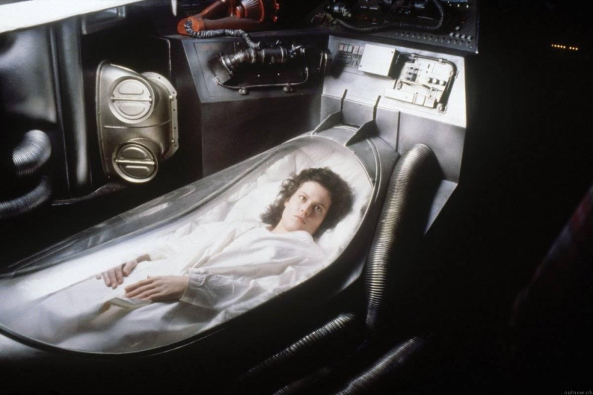 ALIEN - O OITAVO PASSAGEIRO (1979) - Ao retornar para Terra, uma nave espacial recebe estranhos sinais vindos de um asteróide. Ao investigarem o local, um dos tripulantes é atacado por um estranho ser. Ele leva para dentro da nave o embrião de um alienígena, que não para de crescer e tem como meta matar toda a tripulação. Vencedor do Oscar de Melhores Efeitos Visuais. Reprodução/Studio