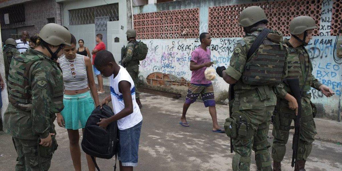 """""""¿Cómo sobrevivir a un encuentro policial?"""": el video dirigido a ciudadanos negros ante intervención en Río"""