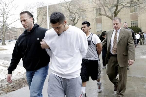 Oficiales escoltan a presuntos integrantes de la pandilla MS-13 para ser arraigados en Mineola, Nueva York, el 11 de enero de 2018.