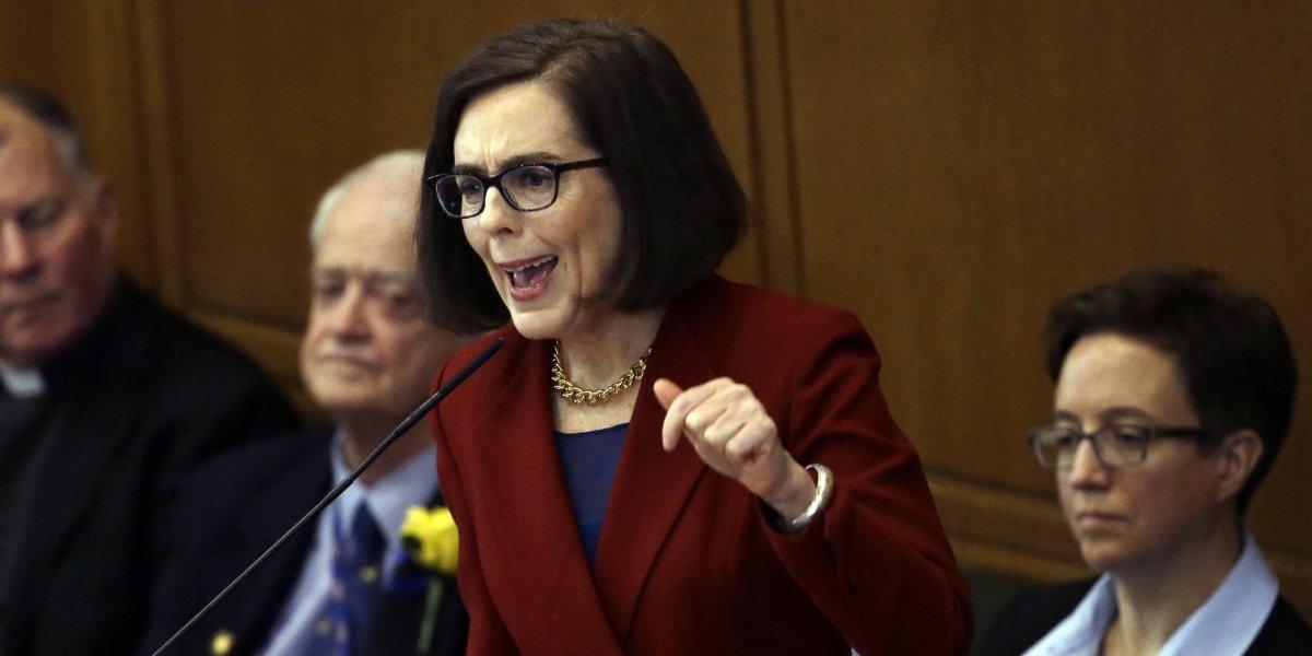 Oregon aprueba control de armas tras balacera en Florida