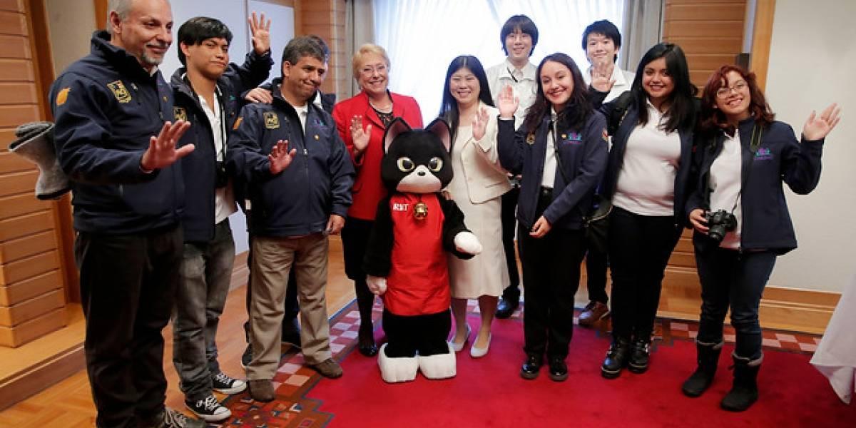Abrazó a un gato-robot: intensa actividad de la Presidenta Bachelet al inicio de su visita oficial a Japón