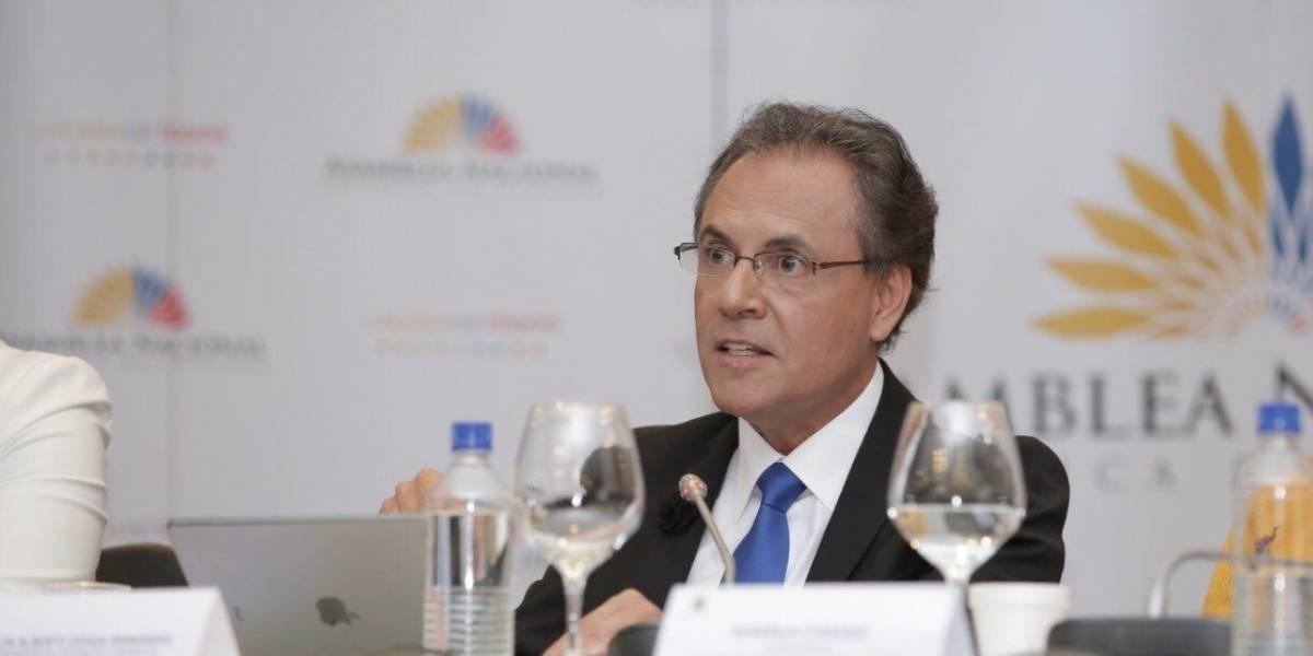 Carlos Ochoa presenta pruebas de descargo ante Comisión de Fiscalización