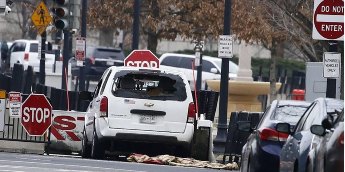 Vehículo se estrella contra una barrera de protección de la Casa Blanca