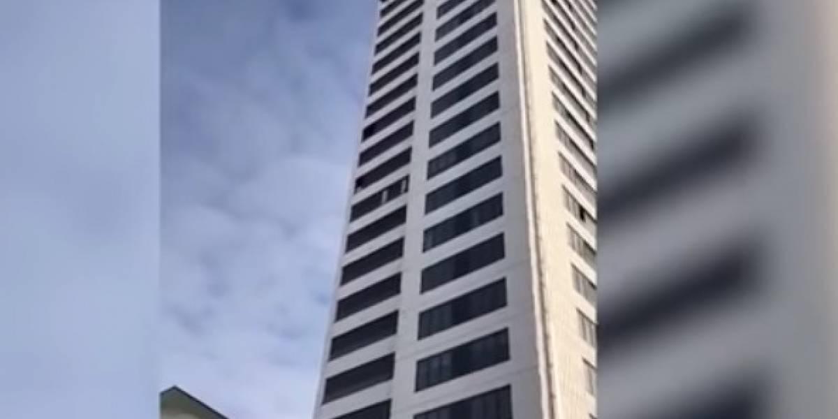 Video: Joven saltó de un edificio de 24 pisos y su paracaídas no se abrió