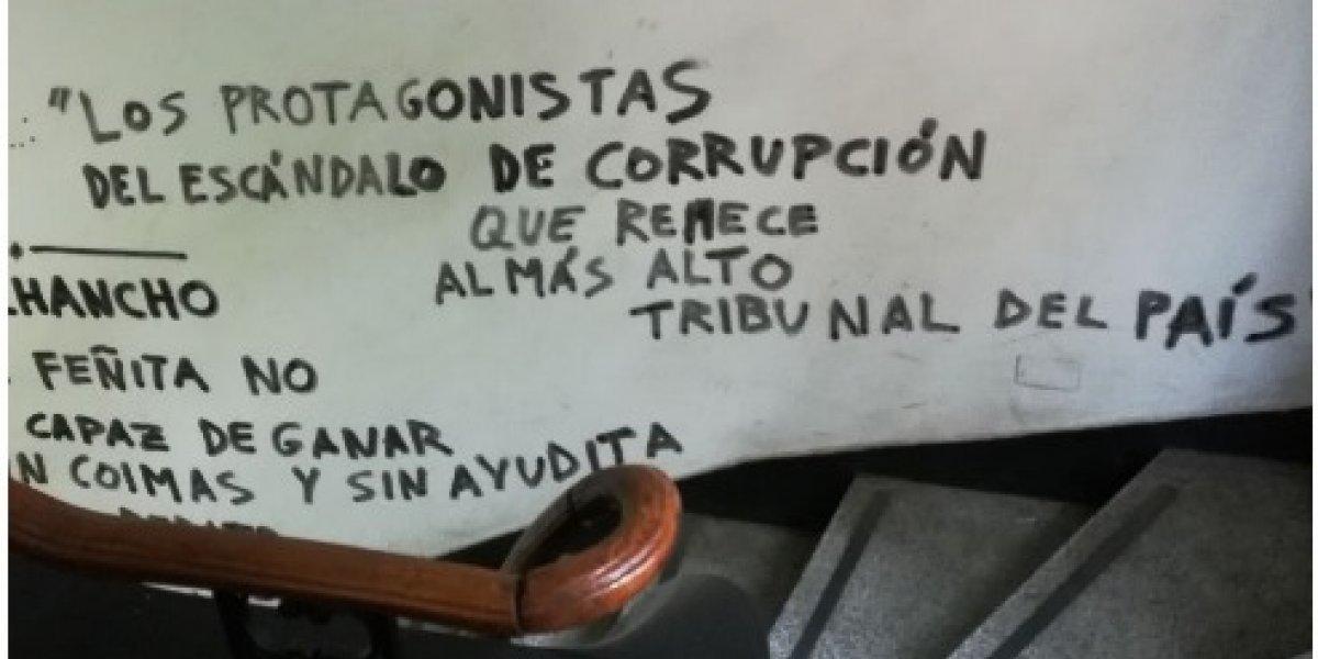 Los enigmáticos rayados que aparecen de forma misteriosa en un edificio en pleno centro de Santiago