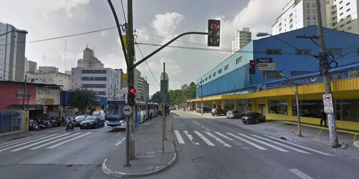 Acidente de ônibus causa congestionamento na avenida Santo Amaro