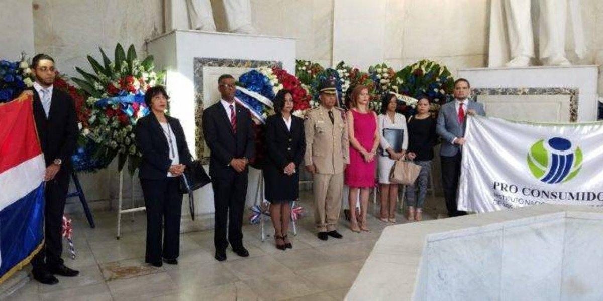 Pro Consumidor deposita ofrenda floral por aniversario de la Independencia Nacional