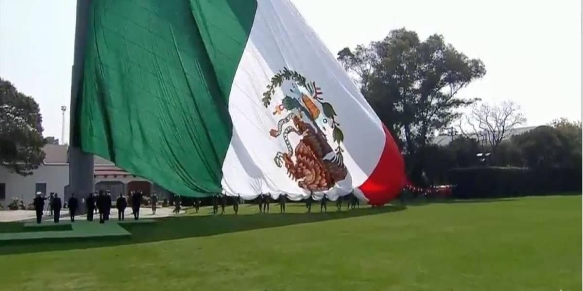"""""""No importa si la bandera está al revés, nos da orgullo de ser mexicanos"""": Peña Nieto"""
