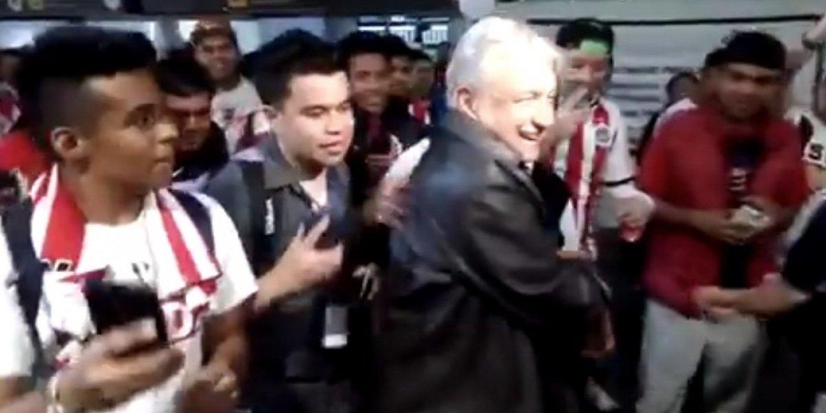 VIDEO: Aficionados de Chivas reciben a López Obrador en el aeropuerto