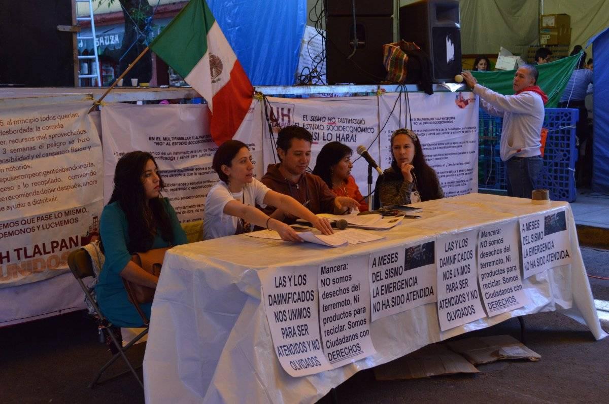 Los damnificados del Multifamiliar Tlalpan condenaron la intención del jefe de Gobierno, Miguel Ángel Mancera de aspirar a un escaño en el Senado. | Foto: Ángel Cruz.
