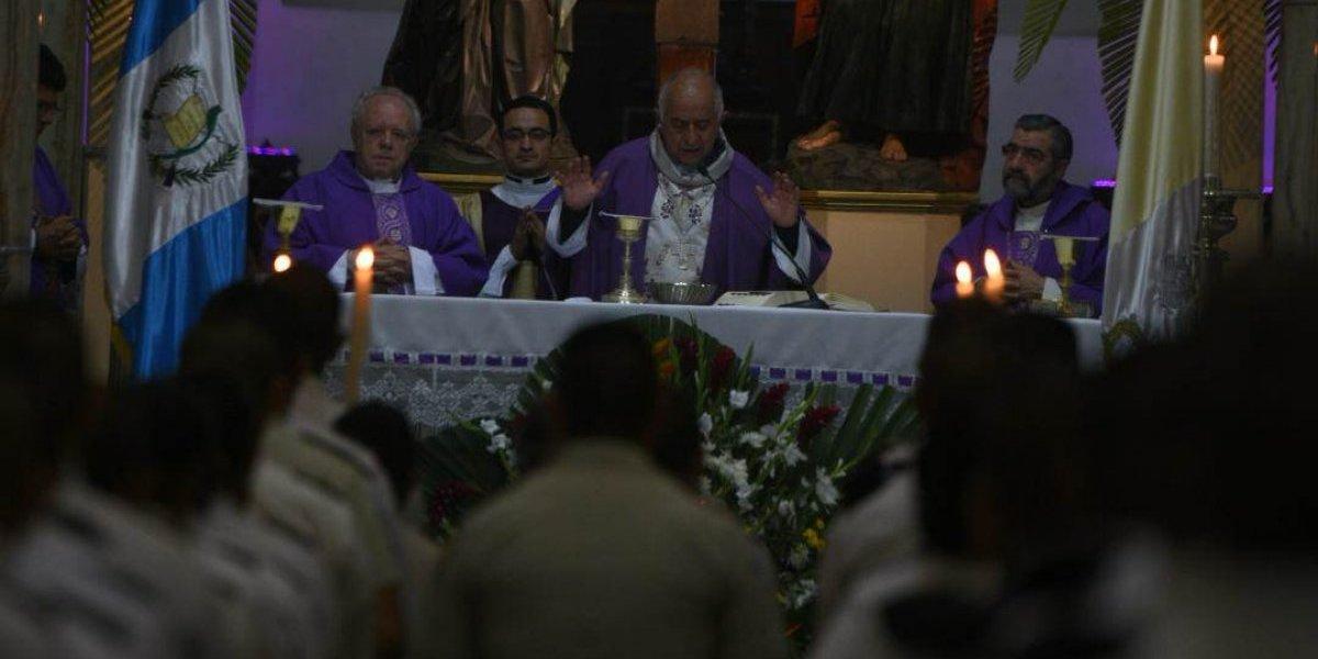 Celebran misa de cuerpo presente de Óscar Vian con desborde de feligreses
